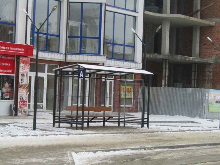 Сучасну автобусну зупинку встановили у Надвірній (ФОТО)