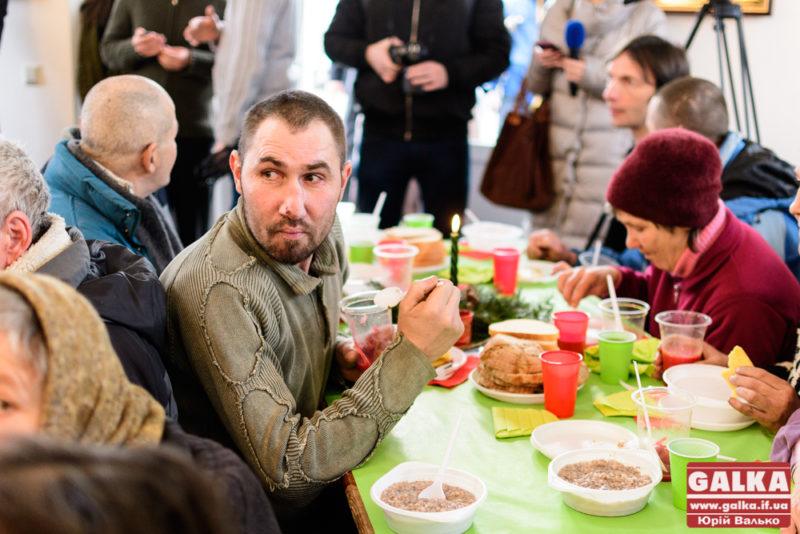 Різдво – для кожного. У Франківську влаштували святковий обід для бідних та безхатьків (ФОТО, ВІДЕО)