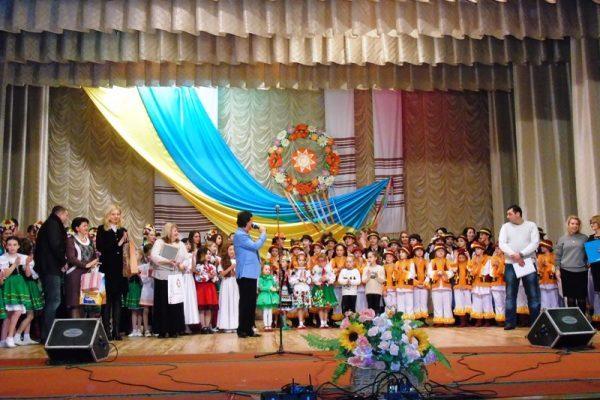 """Народні танці та колоритні костюми: на Прикарпатті відбувся мистецький проект """"Молодь за Україну"""""""