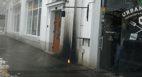 У центрі Франківська невідомі кинули димову шашку під двері популярного закладу (ВІДЕО)