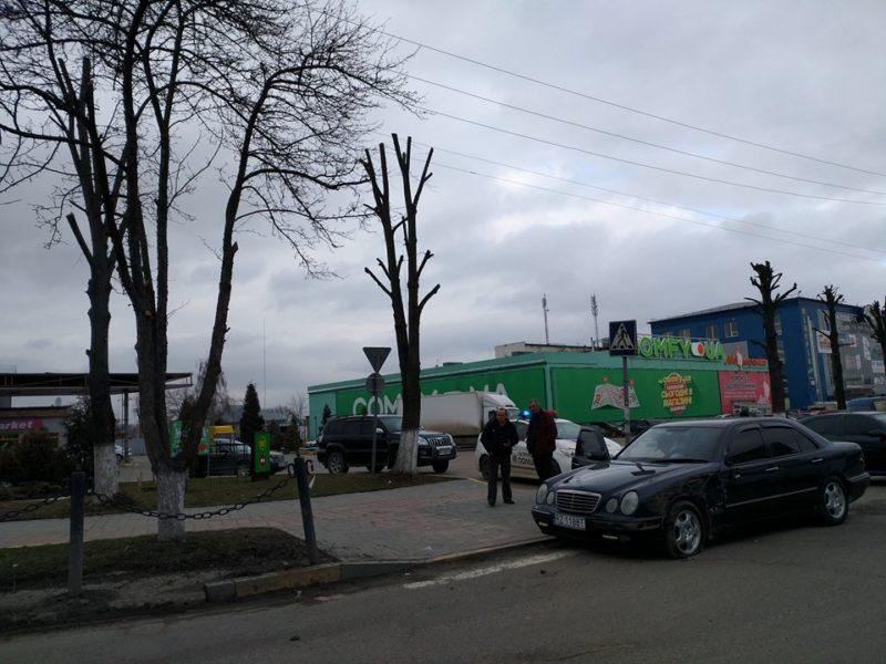 """ДТП на Мазепи: автобус в'їхав у автівку """"на бляхах"""" (ФОТО)"""