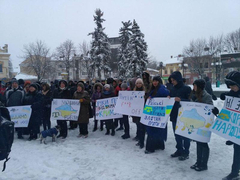 У центрі Франківська переселенці протестують проти виборів у анексованому Криму (ФОТО)