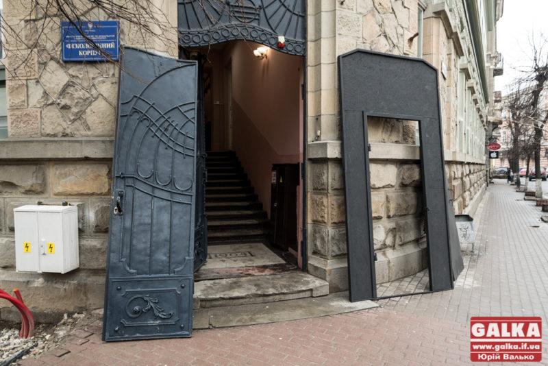 Ще одні старовинні двері Франківська відправили на реставрацію (ФОТО)