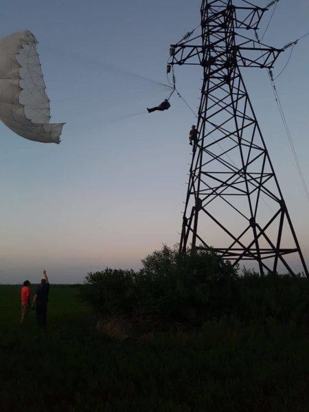 Під Коломиєю парашутист застряг на лінії високовольтних передач (ФОТО cc0975746408c