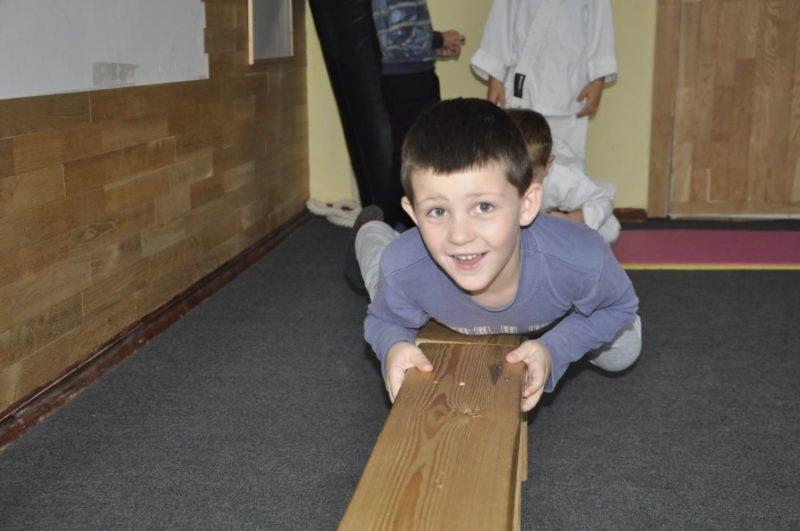 Унікальний першокласник. 7-річний прикарпатець тягає машину (ВІДЕО)