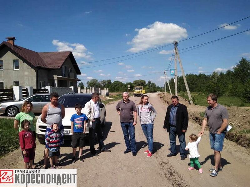 У Хриплині люди перекрили дорогу вантажівкам (ФОТО)