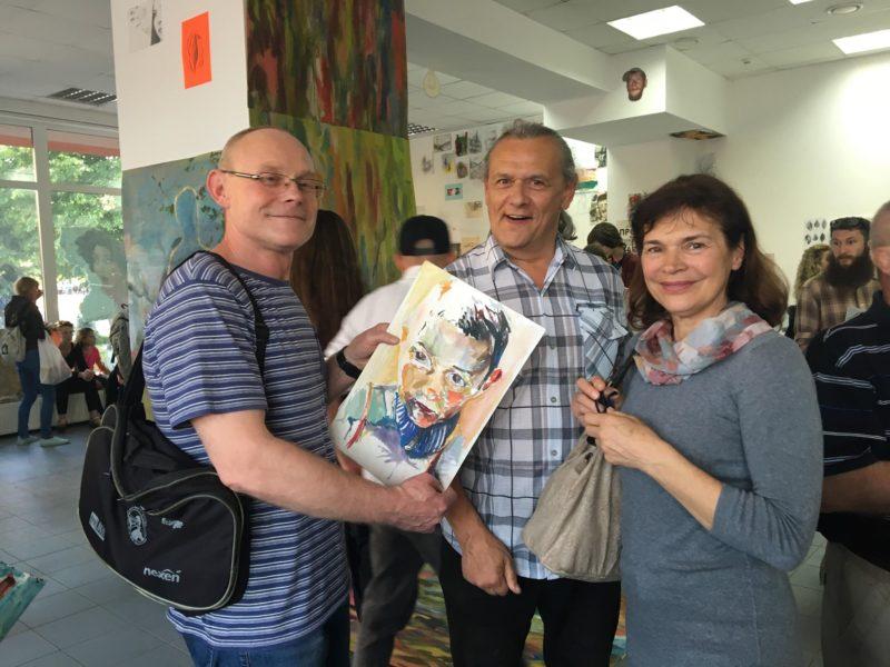 Франківський художник роздає свої картини безкоштовно