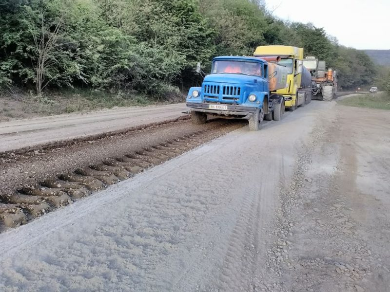 На межі Івано-Франківської і Тернопільської областей триває ремонт дороги (ФОТО)