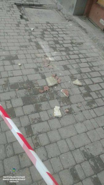 З будинку у центрі Франківська осипалася частинка фасаду (ФОТОФАКТ)