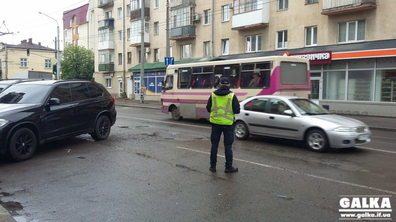 На Бандери власник Мерседесу в'їхав у яму та викликав патрульних (ФОТО)