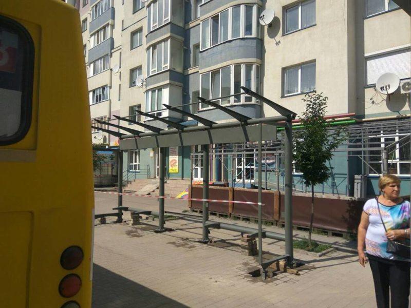 Ще дві автобусні зупинки облаштовують у Франківську (ФОТО)