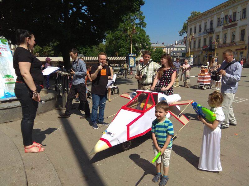 """Пожежна машина та літак із """"Зоряних війн"""": містом пройшовся Парад візочків (ФОТО)"""