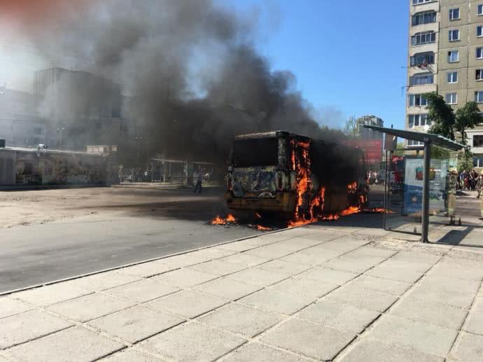 У Львові вщент вигоріла маршрутка (ВІДЕО)