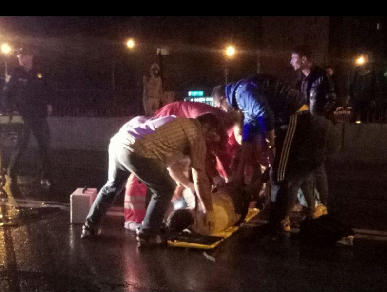 У ніч на неділю неподалік Франківська трапилася ДТП: 20-річний п'яний водій, керуючи автомобілем на бляхах, протаранив скутер із неповнолітніми