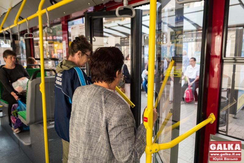 Місцеві депутати просять Зеленського дозволити стоячі місця у громадському транспорті