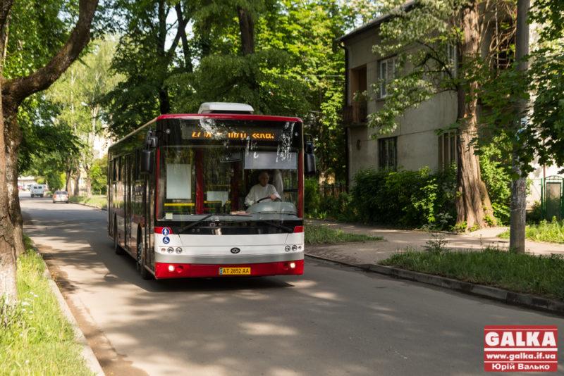 Комунальні автобуси змінили свій рух через ремонт дороги на Надвірну