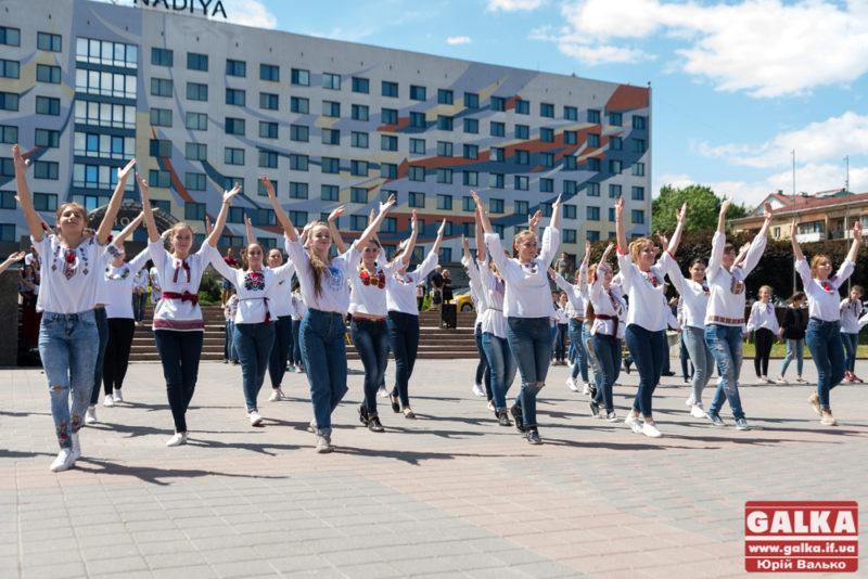 Сотні студентів у вишиванках затанцювали у центрі Франківська (ФОТО, ВІДЕО)