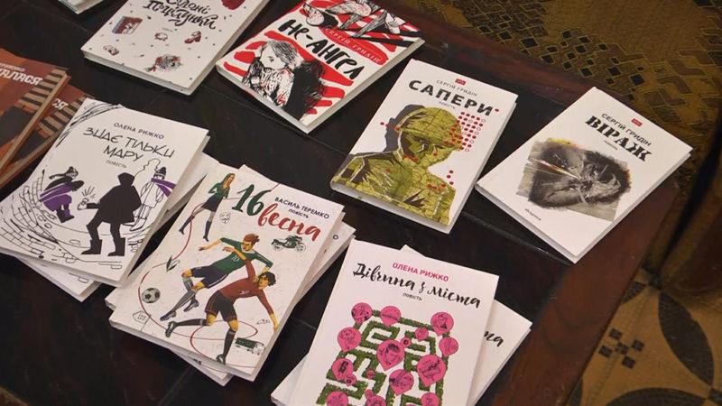 """""""Читати – це модно"""": у Коломиї провели """"Літературну кавалєрку"""" (ВІДЕО)"""