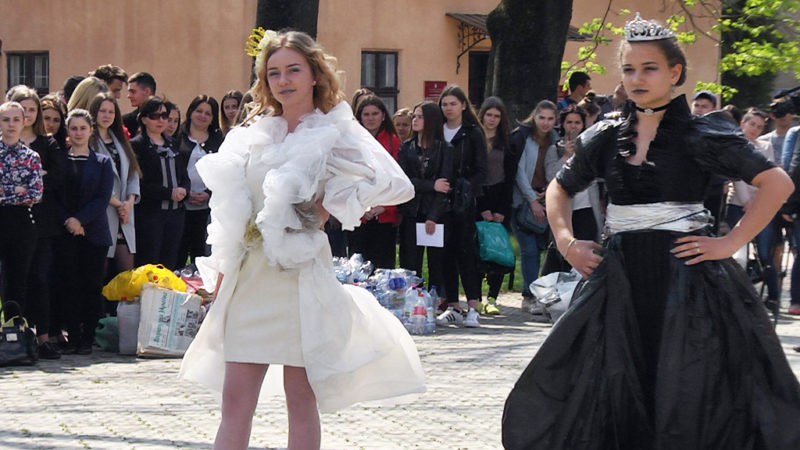 У Коломиї продемонстрували колекцію одягу з відходів (ВІДЕО)