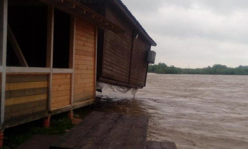 На Калущині річка підтопила колибу (ФОТО)