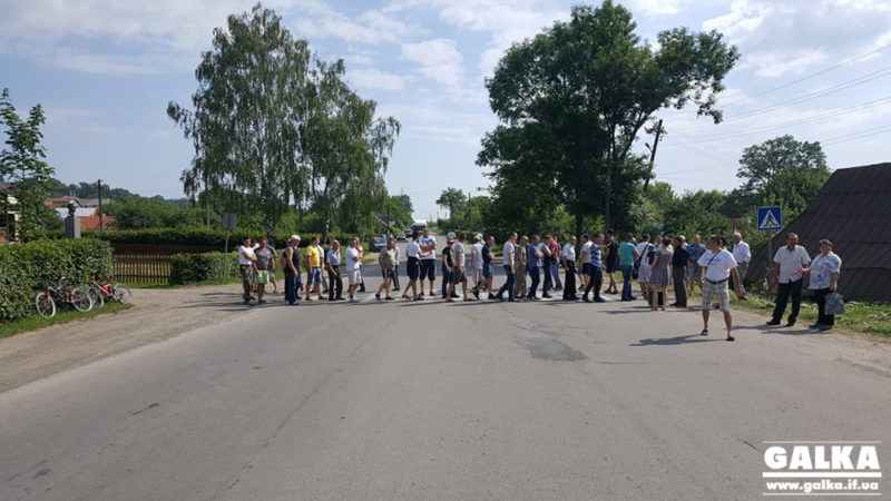 На Косівщині та Надвірнянщині сотні людей перекрили дорогу – вимагають ремонту (ФОТОФАКТ, ВІДЕО)