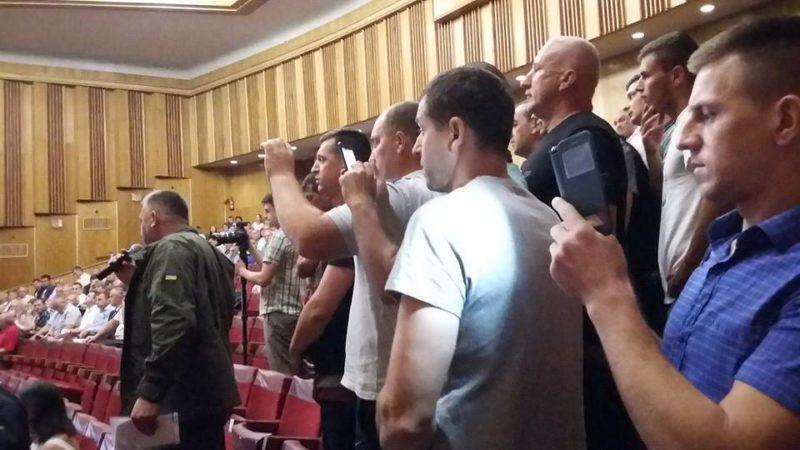 Обурені учасники блокування дороги в Делятині прийшли на нараду в ОДА, емоції взяли гору