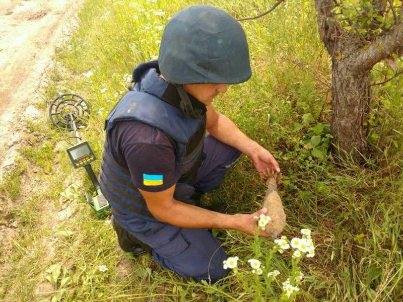 На Коломийщині на стихійному сміттєзвалищі натрапили на гранату