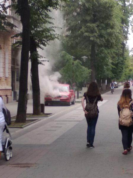 На Шевченка загорівся припаркований автомобіль (ВІДЕО)