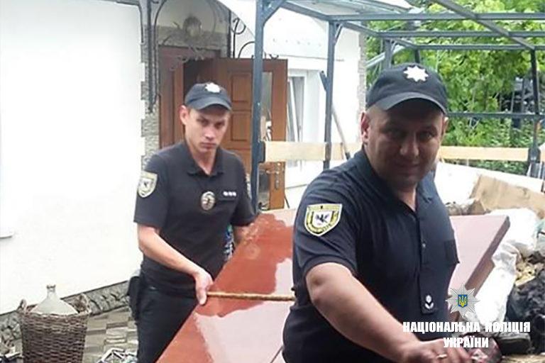 Снятинські поліцейські ліквідовують наслідки стихії (ФОТО)