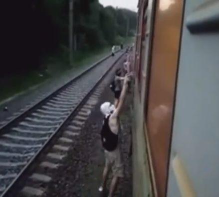 У Києві невідомі зупинили й розмалювали електричку. Внаслідок інциденту постраждав пасажир (ФОТО, ВІДЕО)