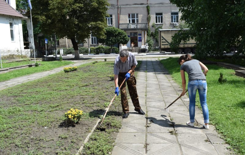 Працівники РДА та небайдужі мешканці долучилися до толоки у Рогатині – готуються до Дня міста (ФОТО)