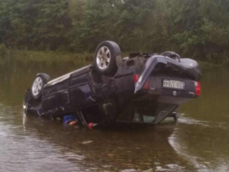 На Прикарпатті автівка перекинулася в річку, є загиблі