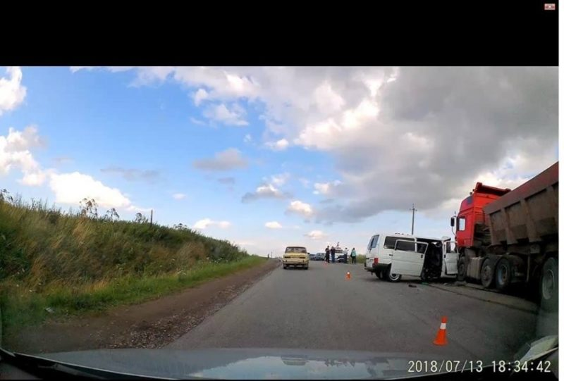 На Прикарпатті мікроавтобус зіткнувся з вантажівкою: четверо загиблих (ФОТОФАКТ)