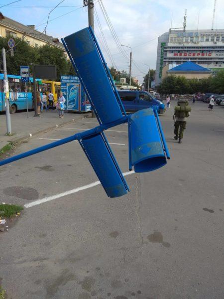 В ніч на п'ятницю вандали поламали дорожній знак та вказівник у центрі міста (ФОТО)