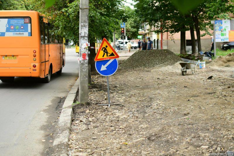 У Франківську ремонтують тротуар на Коновальця (ФОТО)