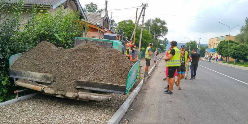 У Надвірній доводять до ладу тротуари (ФОТО)