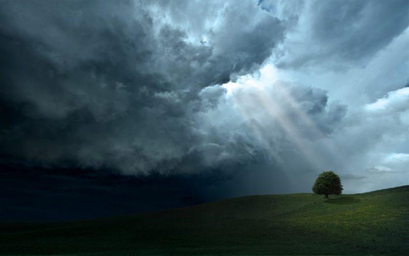 """Гроза, град, туман, пожежна небезпека: прикарпатців очікує """"штормова"""" погода"""