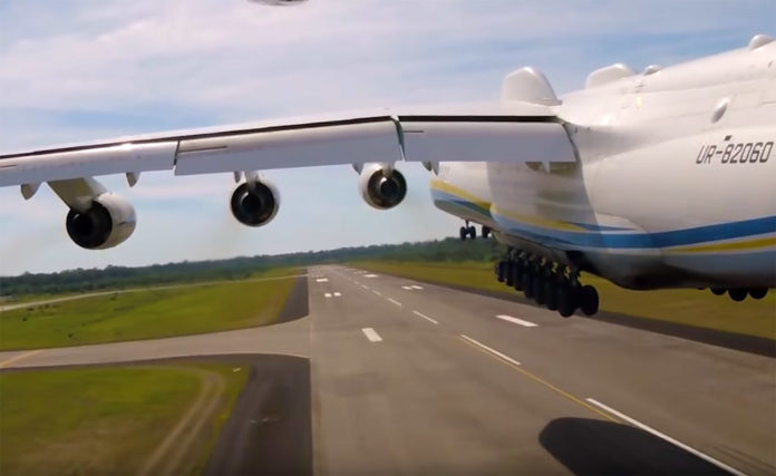 У мережі оприлюднили неймовірний ролик зльоту найбільшого у світі літака (ВІДЕО)