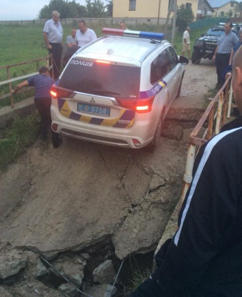 На Прикарпатті провалився міст разом з автівкою поліціянтів (ФОТОФАКТ)