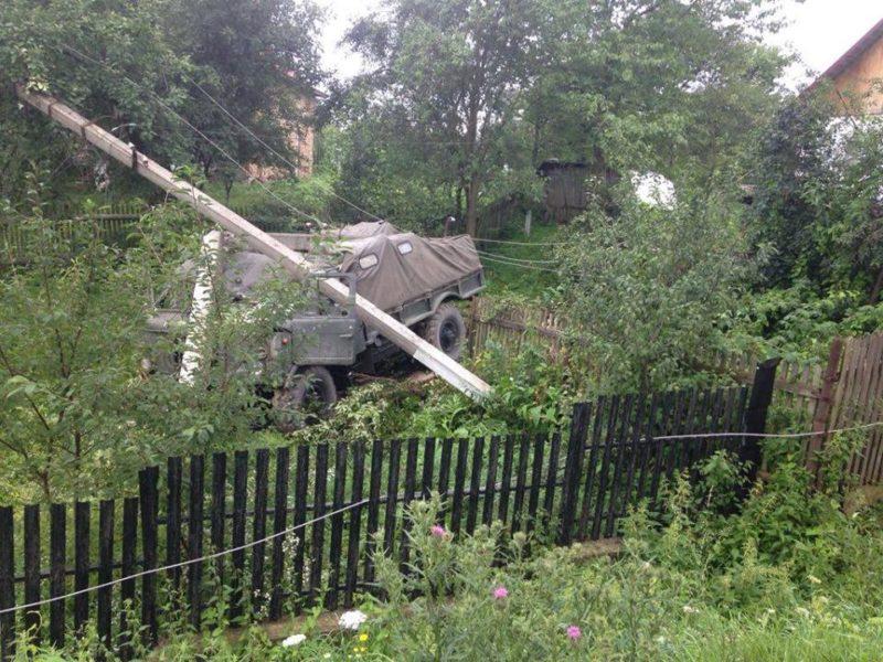 На Прикарпатті вантажівка з'їхала на приватне подвір'я (ФОТО)
