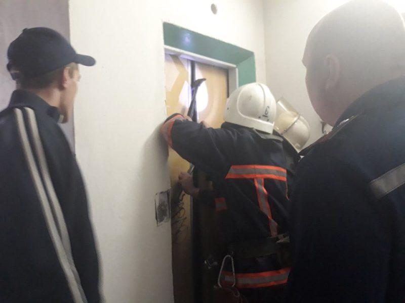 Вночі у ліфті багатоповерхівки в Пасічній застрягла трирічна дитина – допомагали рятувальники
