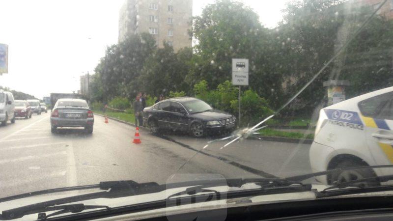 На Набережній автівка вилетіла на тротуар і врізалась в дорожній знак (ФОТОФАКТ)