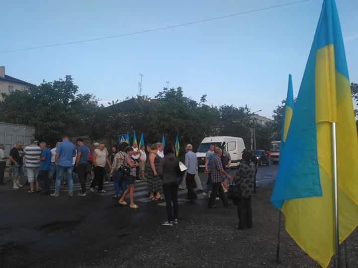 На Прикарпатті люди перекрили дорогу державного значення на Львів (ВІДЕО)