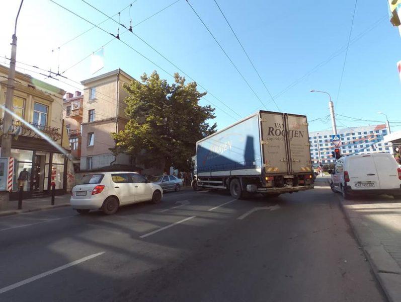 На Лепкого вантажівка вчинила ДТП і перекрила майже всю дорогу (ФОТОФАКТ)