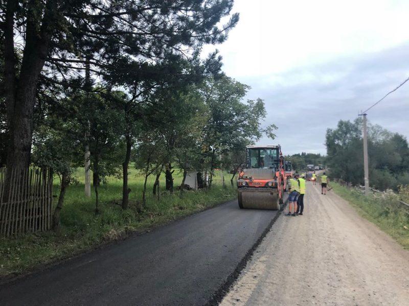 """Скандальну дорогу """"Яблунів-Делятин"""" продовжують комплексно ремонтувати (ФОТО)"""