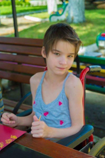Потрібна допомога дівчинці-сироті із Залучанського інтернату, яка має шанс почати ходити (ФОТО)