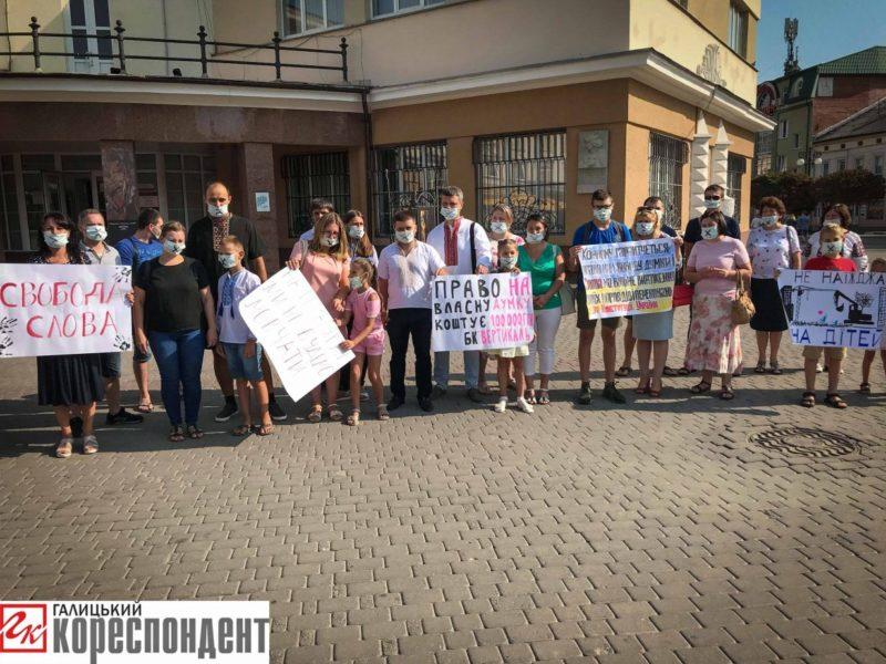 У Франківську мешканці Тролейбусної прийшли протестували під ратушею (ФОТО)