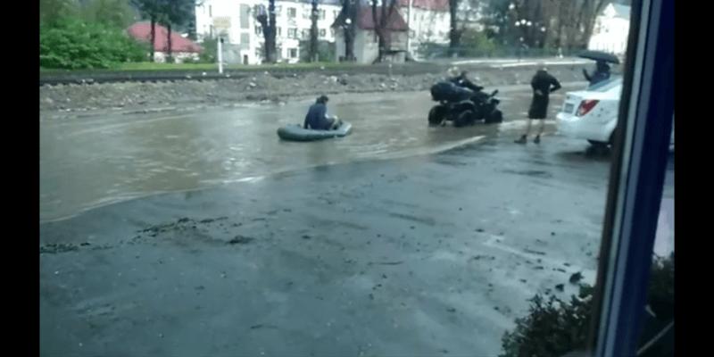 По затопленій вулиці Яремче чоловіки катались на надувному човні (ВІДЕО)