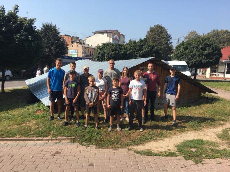 """Франківці провели толоку на """"заморожених"""" розкопках біля Палацу Потоцьких (ФОТО)"""