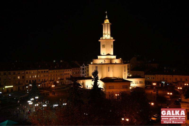 Ще яскравіша. Івано-Франківська ратуша отримала нову підсвітку (ФОТО)